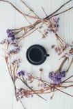 Φλιτζάνι του καφέ και ιώδη λουλούδια βαλεντίνος ημέρας s Στοκ Φωτογραφίες