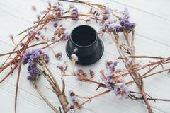 Φλιτζάνι του καφέ και ιώδη λουλούδια βαλεντίνος ημέρας s Στοκ εικόνα με δικαίωμα ελεύθερης χρήσης