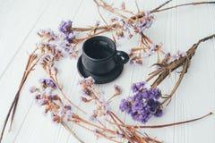Φλιτζάνι του καφέ και ιώδη λουλούδια βαλεντίνος ημέρας s Στοκ Φωτογραφία