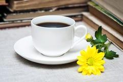 Φλιτζάνι του καφέ και κίτρινο λουλούδι Στοκ Εικόνα