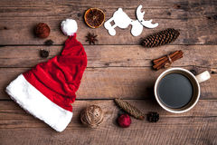 Φλιτζάνι του καφέ και καπέλο Santas, σύνολο Χριστουγέννων, δώρο και χριστουγεννιάτικο δέντρο Εορτασμός Στοκ εικόνες με δικαίωμα ελεύθερης χρήσης