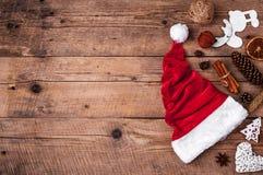 Φλιτζάνι του καφέ και καπέλο Santas, σύνολο Χριστουγέννων, δώρο και χριστουγεννιάτικο δέντρο Εορτασμός Στοκ Εικόνες
