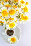 Φλιτζάνι του καφέ και μια ανθοδέσμη των camomiles Στοκ εικόνες με δικαίωμα ελεύθερης χρήσης
