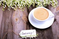 Φλιτζάνι του καφέ και μια ετικέττα εγγράφου με τη καλημέρα επιγραφής Στοκ εικόνες με δικαίωμα ελεύθερης χρήσης