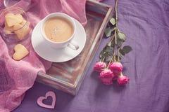 Φλιτζάνι του καφέ και μπισκότα με μορφή της καρδιάς στο δίσκο βαμμένος στοκ εικόνα