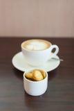 Φλιτζάνι του καφέ και μπισκότα στον ξύλινο πίνακα Στοκ φωτογραφία με δικαίωμα ελεύθερης χρήσης