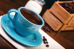 Φλιτζάνι του καφέ και ξύλινα εμπορευματοκιβώτια που γεμίζουν με τα φασόλια cofee Στοκ φωτογραφία με δικαίωμα ελεύθερης χρήσης