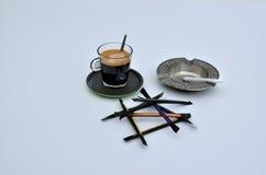 Φλιτζάνι του καφέ και παλαιό Ashtray Στοκ Εικόνα