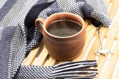 Φλιτζάνι του καφέ και ριγωτό μαντίλι Στοκ Φωτογραφίες