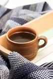 Φλιτζάνι του καφέ και ριγωτό μαντίλι Στοκ Εικόνα