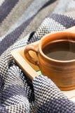Φλιτζάνι του καφέ και ριγωτό μαντίλι Στοκ φωτογραφία με δικαίωμα ελεύθερης χρήσης