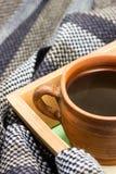 Φλιτζάνι του καφέ και ριγωτό μαντίλι Στοκ φωτογραφίες με δικαίωμα ελεύθερης χρήσης