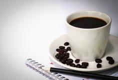 Φλιτζάνι του καφέ και σημειωματάριο. Στοκ Φωτογραφίες