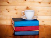 Φλιτζάνι του καφέ και σωρός των βιβλίων Στοκ φωτογραφία με δικαίωμα ελεύθερης χρήσης