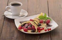 Φλιτζάνι του καφέ και τηγανίτες με τα μούρα Στοκ φωτογραφία με δικαίωμα ελεύθερης χρήσης