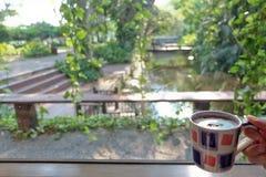 Φλιτζάνι του καφέ και όμορφη φύση Στοκ Εικόνα
