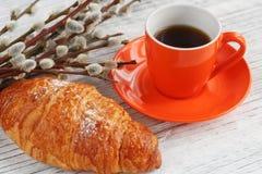 Φλιτζάνι του καφέ και croissant με την ιτιά γατών Στοκ φωτογραφία με δικαίωμα ελεύθερης χρήσης