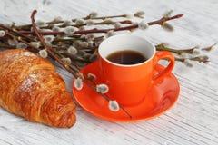 Φλιτζάνι του καφέ και croissant με την ιτιά γατών Στοκ εικόνες με δικαίωμα ελεύθερης χρήσης