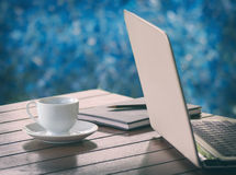 Φλιτζάνι του καφέ και lap-top Στοκ φωτογραφία με δικαίωμα ελεύθερης χρήσης