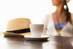 Φλιτζάνι του καφέ, καπέλο και γυναίκα Στοκ Φωτογραφία