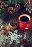 Φλιτζάνι του καφέ, κώνοι πεύκων και διακοσμήσεις δέντρων νέος-έτους Στοκ εικόνες με δικαίωμα ελεύθερης χρήσης