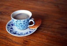 Φλιτζάνι του καφέ με ένα μπισκότο Στοκ φωτογραφία με δικαίωμα ελεύθερης χρήσης