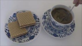 Φλιτζάνι του καφέ με τα μπισκότα απόθεμα βίντεο