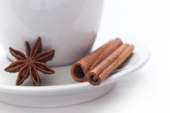 Φλιτζάνι του καφέ με τα ξηρές anis και την κανέλα Στοκ Φωτογραφίες