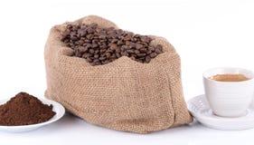 Φλιτζάνι του καφέ με τα φασόλια καφέ και τη σκόνη Στοκ εικόνα με δικαίωμα ελεύθερης χρήσης