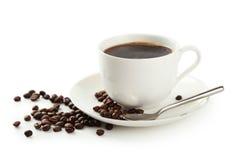 Φλιτζάνι του καφέ με τα φασόλια καφέ που απομονώνονται σε ένα λευκό στοκ εικόνες