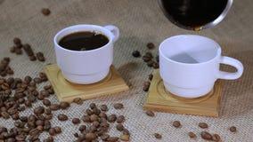 Φλιτζάνι του καφέ με τα φασόλια καφέ απόθεμα βίντεο