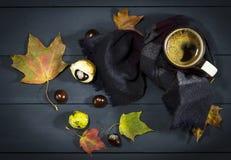 Φλιτζάνι του καφέ με τα φύλλα και τα κάστανα φθινοπώρου Στοκ φωτογραφία με δικαίωμα ελεύθερης χρήσης