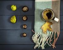 Φλιτζάνι του καφέ με τα φύλλα και τα κάστανα φθινοπώρου Στοκ φωτογραφίες με δικαίωμα ελεύθερης χρήσης