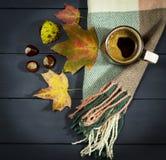 Φλιτζάνι του καφέ με τα φύλλα και τα κάστανα φθινοπώρου Στοκ Εικόνα