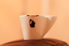 Φλιτζάνι του καφέ με την επιθυμία στο κρεβάτι Στοκ Εικόνες