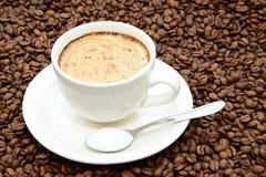 Φλιτζάνι του καφέ με την κανέλα και ένα κουτάλι της ζάχαρης Στοκ εικόνα με δικαίωμα ελεύθερης χρήσης