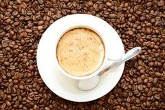 Φλιτζάνι του καφέ με την κανέλα και ένα κουτάλι της ζάχαρης Στοκ Εικόνες