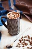 Φλιτζάνι του καφέ με την κτυπημένη κρέμα και τη λειωμένη σοκολάτα Στοκ φωτογραφία με δικαίωμα ελεύθερης χρήσης