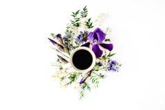 Φλιτζάνι του καφέ με την πορφυρούς ίριδα και τον κρίνο των λουλουδιών κοιλάδων Στοκ φωτογραφίες με δικαίωμα ελεύθερης χρήσης
