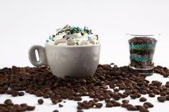 Φλιτζάνι του καφέ με τις καραμέλες στοκ φωτογραφίες