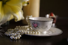 Φλιτζάνι του καφέ με τον κρίνο και το κόσμημα 002 λουλουδιών Στοκ εικόνα με δικαίωμα ελεύθερης χρήσης