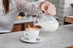 Φλιτζάνι του καφέ με το γάλα στον πίνακα Στοκ Εικόνες