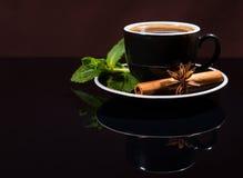 Φλιτζάνι του καφέ με το γλυκάνισο μεντών, κανέλας και αστεριών Στοκ φωτογραφίες με δικαίωμα ελεύθερης χρήσης