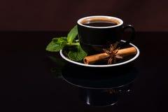 Φλιτζάνι του καφέ με το γλυκάνισο μεντών, κανέλας και αστεριών Στοκ φωτογραφία με δικαίωμα ελεύθερης χρήσης