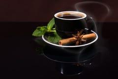 Φλιτζάνι του καφέ με το γλυκάνισο μεντών, κανέλας και αστεριών Στοκ Εικόνες