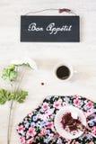 Φλιτζάνι του καφέ με το επιδόρπιο και βιβλίο στον πίνακα Στοκ Εικόνες