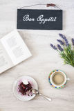 Φλιτζάνι του καφέ με το επιδόρπιο και βιβλίο στον πίνακα Στοκ φωτογραφίες με δικαίωμα ελεύθερης χρήσης