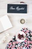 Φλιτζάνι του καφέ με το επιδόρπιο και σημειωματάριο στον πίνακα Στοκ φωτογραφίες με δικαίωμα ελεύθερης χρήσης