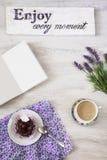 Φλιτζάνι του καφέ με το επιδόρπιο και σημειωματάριο στον πίνακα Στοκ φωτογραφία με δικαίωμα ελεύθερης χρήσης