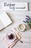 Φλιτζάνι του καφέ με το επιδόρπιο και σημειωματάριο στον πίνακα Στοκ Εικόνες